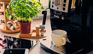 Tańsze ekspresy do kawy można kupić już za niecałe 200 zł. Charakteryzują się prostą obsługą oraz... wyśmienitym smakiem parzonej w nich kawy!