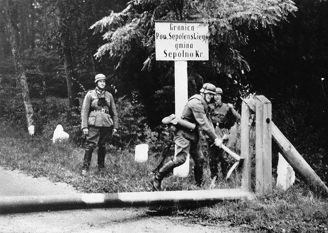Żołnierze niemieccy przy polskim szlabanie granicznym