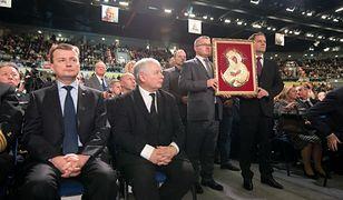 Prezes PiS Jarosław Kaczyński (w centrum) na 24. urodzinach Radia Maryja.