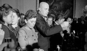 Józef Cyrankiewicz wznosi toast na spotkaniu Prezydium Rady Ministrów z młodymi przodownikami pracy z woj. białostockiego, rzeszowskiego i lubelskiego. Warszawa, 25 października 1948 r.