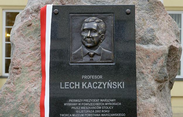 Tablica poświęcona śp. prezydentowi Lechowi Kaczyńskiemu na dziedzińcu Mazowieckiego Urzędu Wojewódzkiego w Warszawie