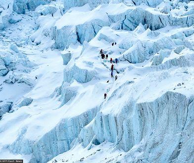 Tłumy na Mount Everest. Zdjęcie robi furorę w sieci