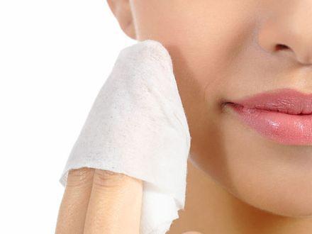 Chusteczki do demakijażu nie służą cerze - ostrzegają dermatolodzy