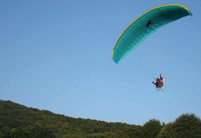 Paralotniarz spadł do lasu w okolicach Zawiercia. Akcja strażaków