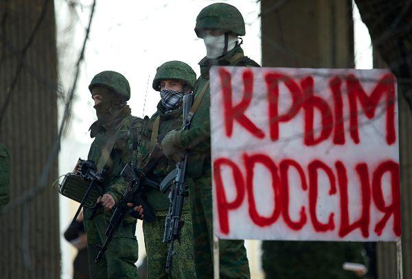 Uzbrojeni mężczyźni blokują wejście do krymskiego parlamentu w Symferopolu