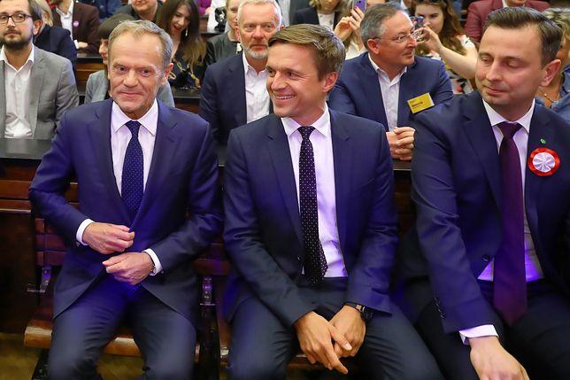 Donald Tusk, Leszek Jażdżewski i Władysław Kosiniak-Kamysz. W tle m.in. Bartłomiej Sienkiewicz.