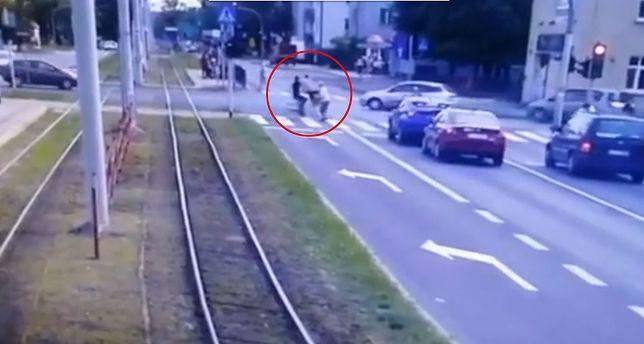 Śmiertelne potrącenie staruszki w Toruniu. Rowerzysta mógł w nią wjechać celowo