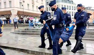 Obywatel zatrzymany za antyrządowy transparent. Dotarliśmy do tłumaczeń szefa warszawskiej policji