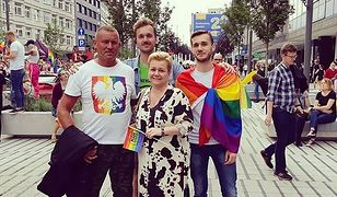 Prezes Grupy Stonewall Mateusz Sulwiński wraz z matką, dyrektorką szkoły podstawowej, na marszu równości