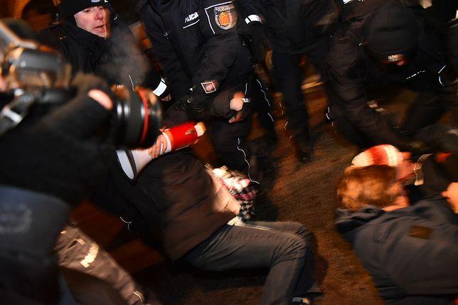 Demonstracja ONR i blokada demonstracji przez członków Obywateli RP przed Muzeum Zolnierzy Wyklętych i Więżniów Politycznych PRL