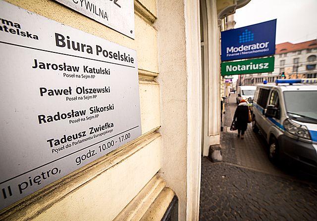 Pirotechnicy w biurze poselskim Sikorskiego - zdjęcia