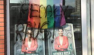 Śląskie. Homofobiczny napis w witrynie biura posłanki Moniki Rosy w Katowicach