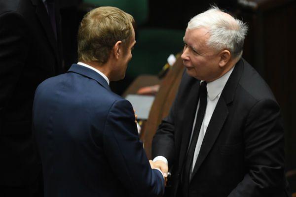 Były premier Donald Tusk i prezes PiS Jarosław Kaczyński po expose Ewy Kopacz