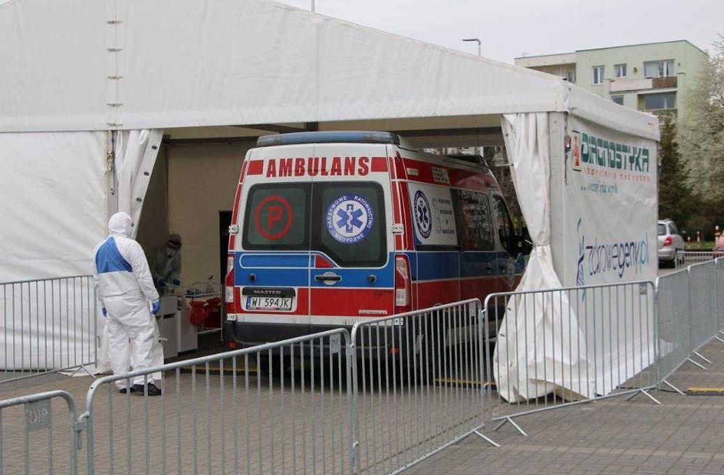 Koronawirus w Warszawie. Olbrzymi korek do namiotu z testami na SARS-CoV-2