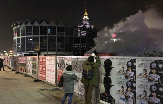 Czarny dym w centrum Warszawy. Akcja straży pożarnej