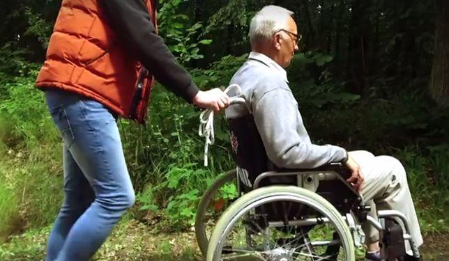 Niepełnosprawny starzec przywiązany do drzewa w lesie. Kiedyś sam zrobił coś podobnego