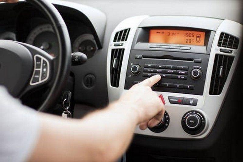 Jest radio w firmowym samochodzie, to trzeba płacić abonament. Poczta bierze się za kontrole