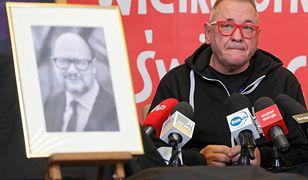 14 stycznia 2019 roku. Jerzy Owsiak ogłasza rezygnację z kierowania WOŚP. Obok niego stoi portret Pawła Adamowicza, zamordowanego prezydenta Gdańska.