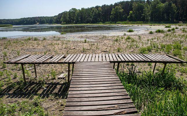 W Polsce zaczynamy mieć coraz większy problem z wodą [zdjęcie ilustracyjne, przedstawia sztuczny zbiornik w trakcie prac technicznych, stąd obniżenie poziomu wody]