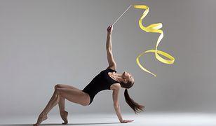 W gimnastyce akrobatycznej wykorzystuje się różne przyrządy, takie jak skakanki, wstążki czy piłki