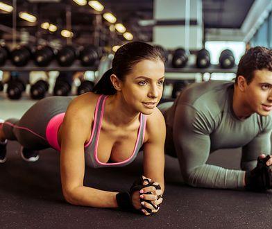 Mięśnie brzucha powinniśmy trenować z co najmniej 1-dniową przerwą, aby odpowiednio się zregenerowały.
