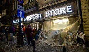Koczują przed sklepem, by kupić trampki Kayne Westa