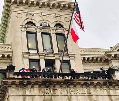 Polska flaga zawisła za gmachu ratusza z okazji 100-lecia odzyskania niepodległości
