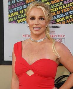 Britney Spears ma na sobie nocną koszulę. Mocno eksponuje biust