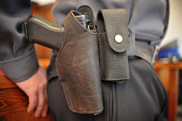 W Polsce po broń najczęściej sięgają policjanci