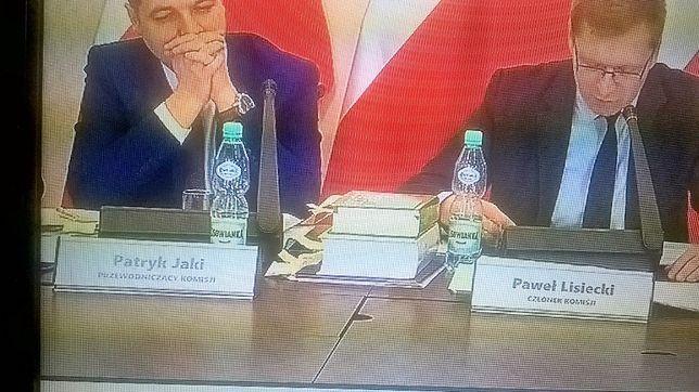 Bojkotowana woda eksponowana podczas posiedzenia komisji. Internauci zareagowali błyskawicznie