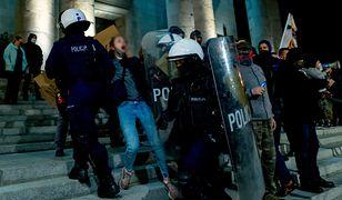 Policja interweniuje podczas protestu przed archikatedrą w Katowicach.