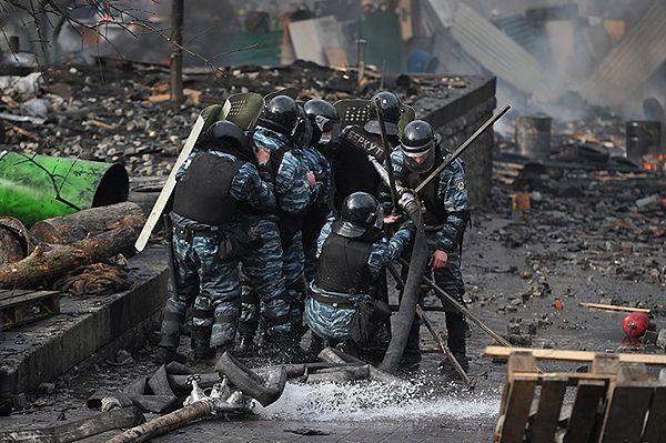 Berkutowcy we Lwowie na kolanach poprosili o wybaczenie
