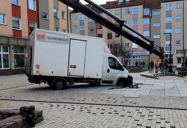 Niecodzienny wypadek w Szczecinie. Kurierzy wylądowali w fontannie(Facebook, Fot: Park Majowe)