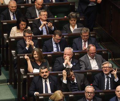 Posłanka PiS Joanna Lichocka i jej gest ze środkowym palcem w materiałach wyborczych Platformy Obywatelskiej