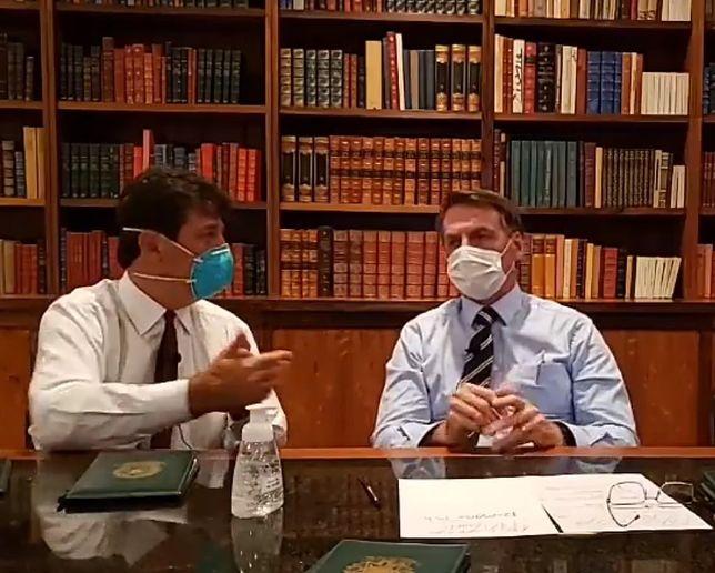 Koronawirus w Brazylii. Prezydent Jair Bolsonaro na konferencji w maseczce.