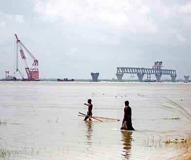 Fala linczów zaczęła się od plotek o rytualnych mordach na budowie mostu na rzece Padmie