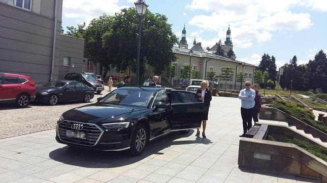 Kielce. Wtorek 23 czerwca. Jarosław Gowin wychodzi z rządowego auta