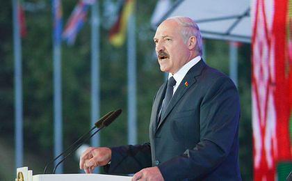 Łukaszenka na wykopkach. Zbierał ziemniaki dla domów dziecka
