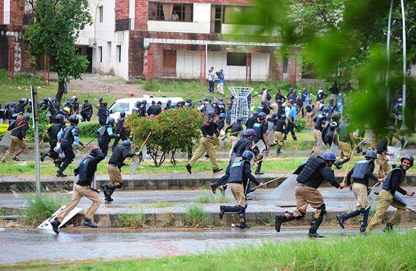 Niespokojnie w Pakistanie. Kolejny marsz opozycji na dzielnicę rządową i szturm na TV