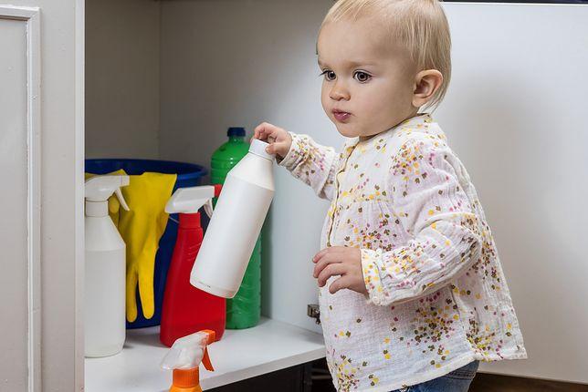 Te detergenty powinny stać w bezpiecznym miejscu. Co warto dobrze ukryć przed dziećmi i jak czytać opakowania?