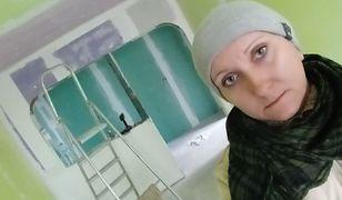 Kobieta wraca z pracy i zabiera się za remontowanie domu
