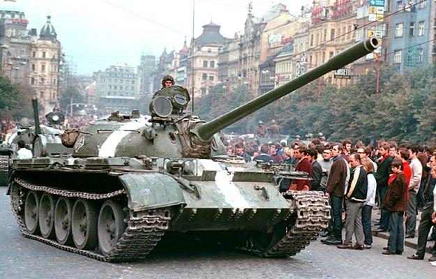 Rosyjski czołg na Placu Wacława w Pradze. Zdjęcie z 1968 roku