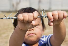 Czy wiesz, jak rozmawiać z dziećmi o sprawie uchodźców? Poznaj zdanie eksperta