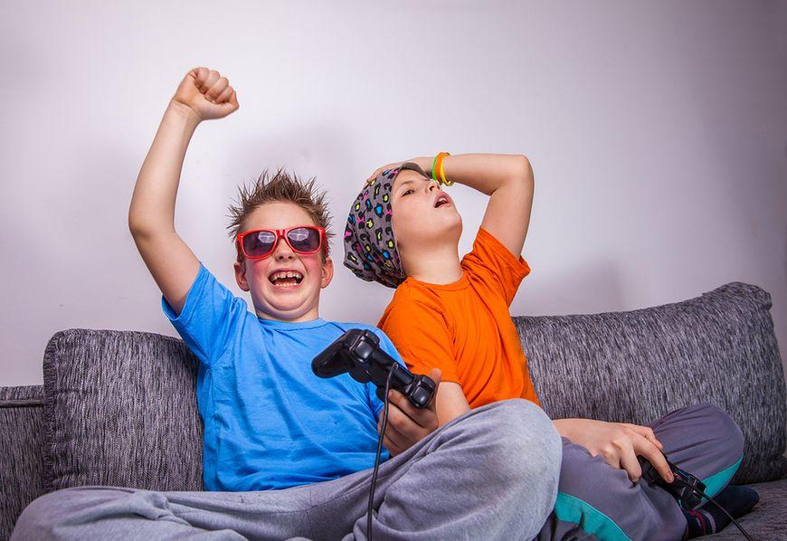 Nastolatkowie grają w gry i oglądają dużo telewizji
