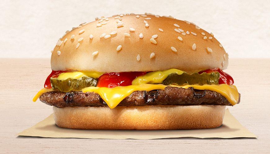 Cheeseburger to porcja mięsa z serem żółtym w białej bułce