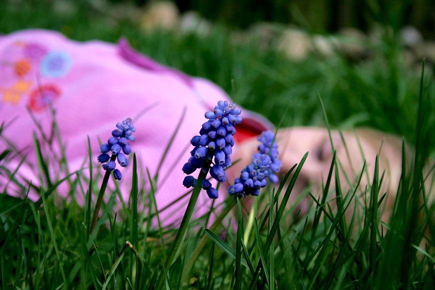 Dziecko odpoczywające na trawie