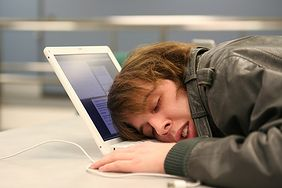 Nastolatek przy komputerze