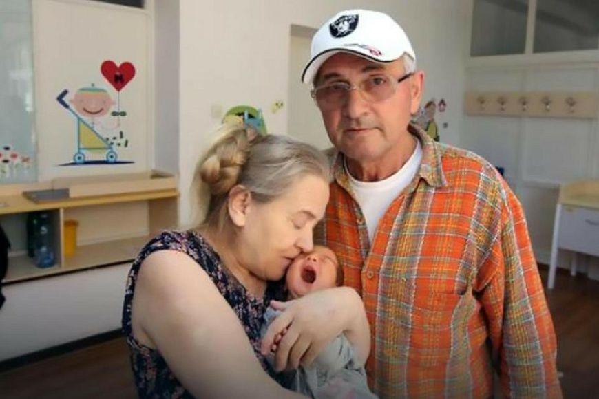 Atifa z córką i mężem