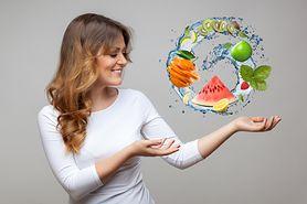 Letnie pomysły na orzeźwiające sałatki z owocami