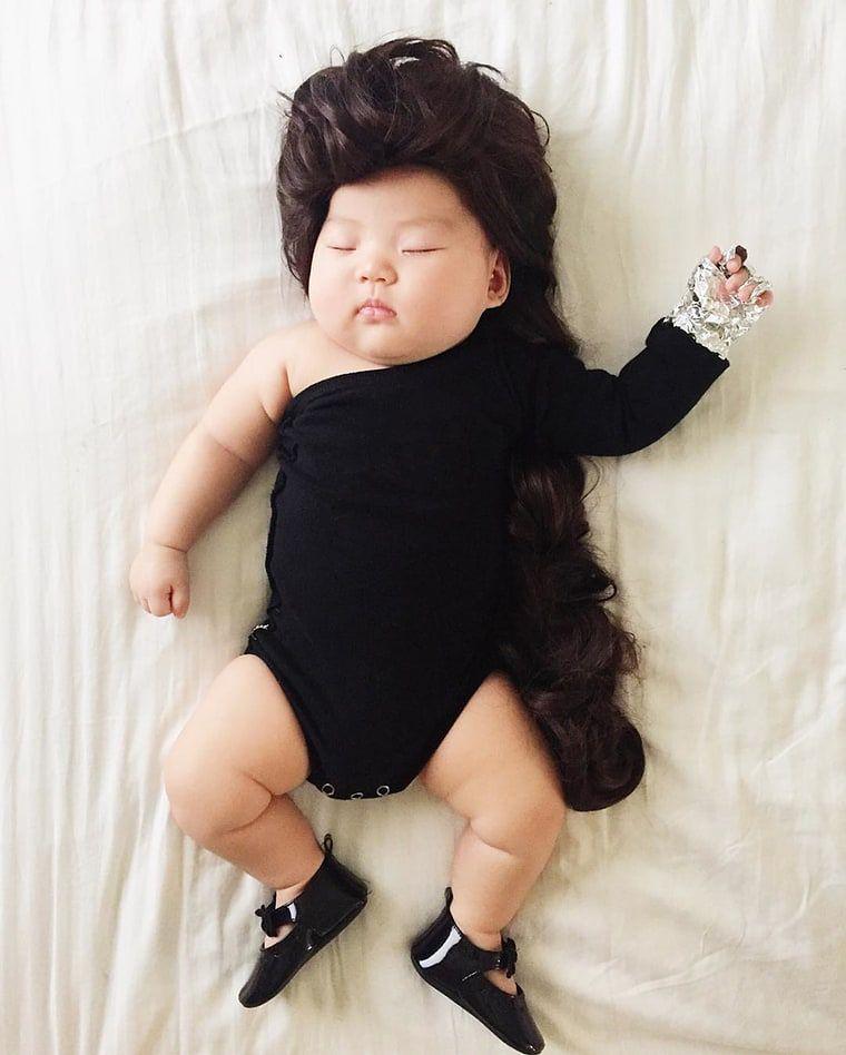 Robi zdjęcia, gdy jej córka zaśnie